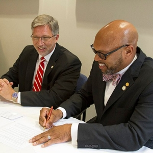 President Hemphill and NOVA President Scott Ralls sign the NOVA-RU Curriculum Pathway agreement.