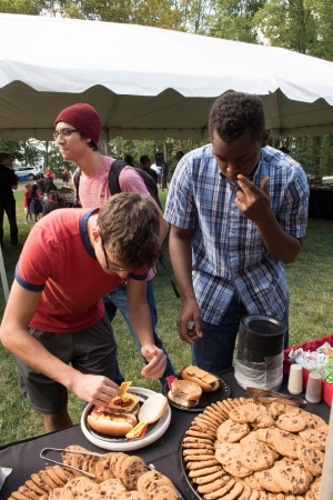 Students enjoyed grilled hot dogs and hamburgers at the Freshmen Cookout, hosted by the Hemphills.
